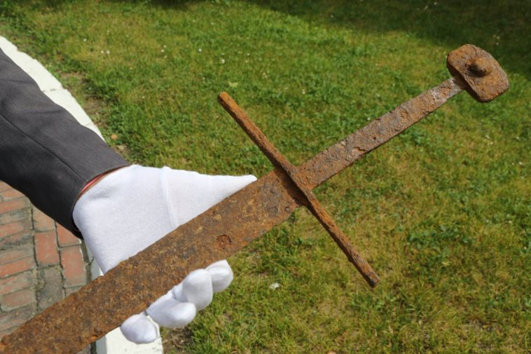 Found-A-14th-Century-Sword-Dropped-in-a-Peat-Bog-758x505
